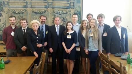 Studenci EAPP 2014 na posiedzeniu Komisji Finansów Publicznych , z przewodniczącym prof. D. Rosatim , i wiceprezwodniczącą Komisji pos. K. Skowrońską